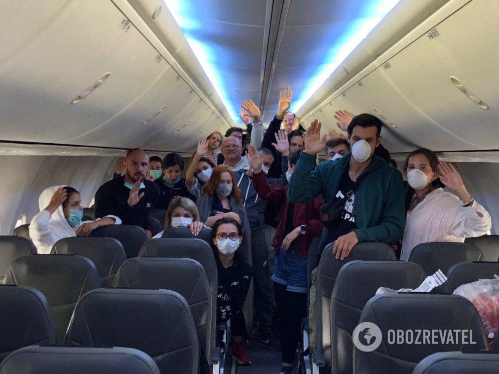 Пассажиров не выпускают из самолета