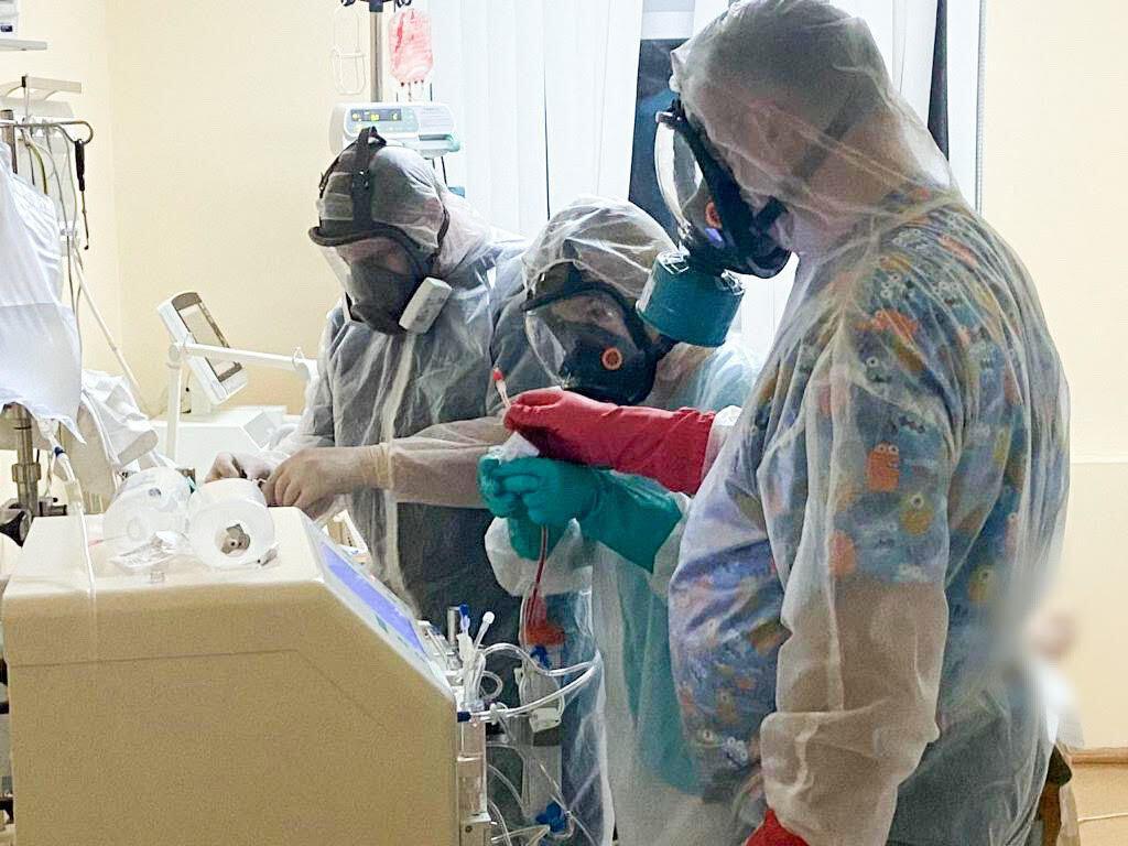 Больному с ЭКМО проводится диализ в Александровской клинической больнице Киева