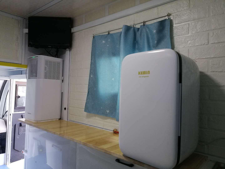 У пасажирському відсіку є телевізор, кондиціонер і холодильник