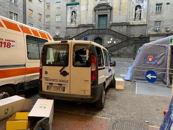 Розбита машина швидкої допомоги біля лікарні