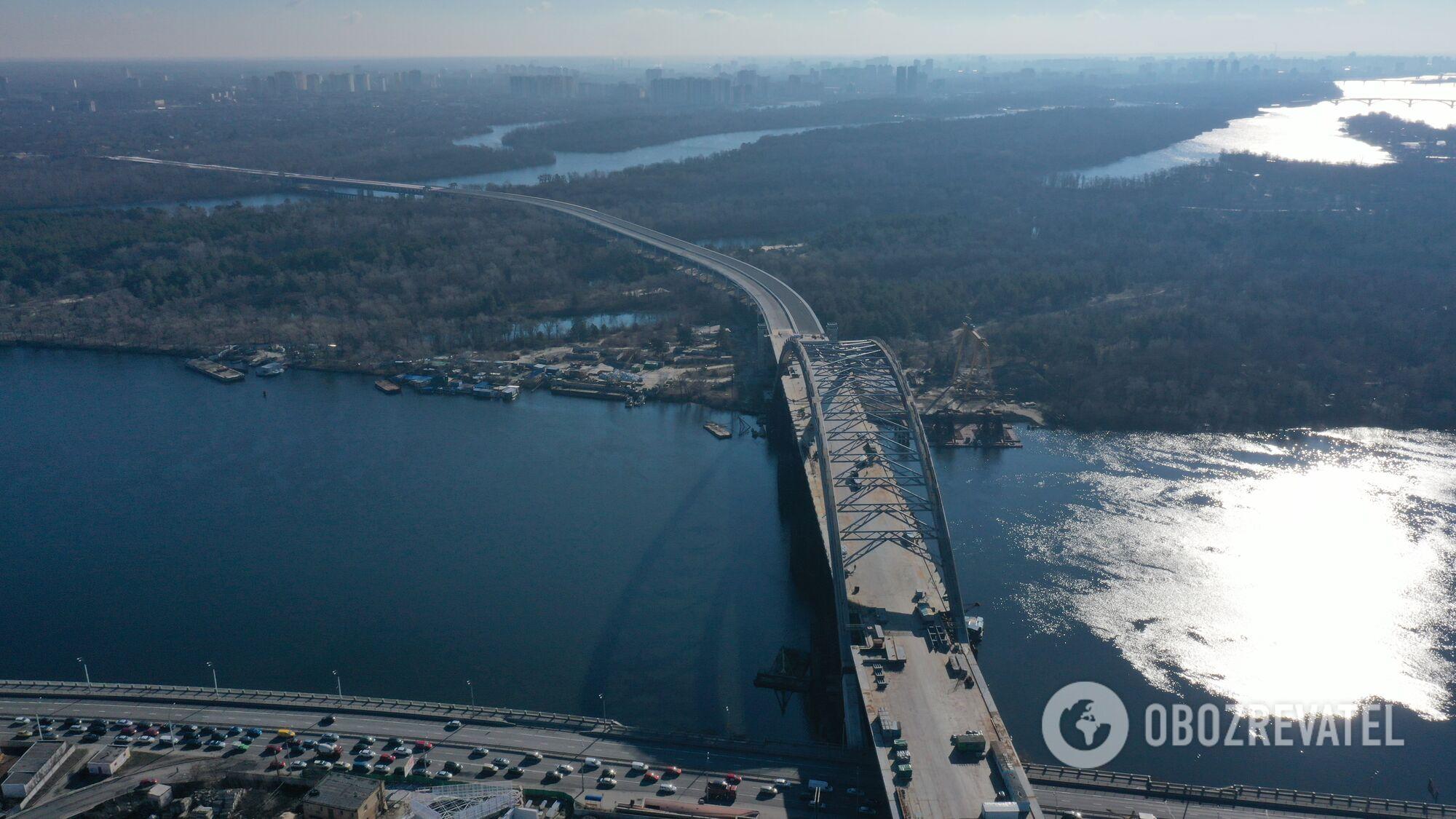 Здесь Подольский мост пересекает Днепр