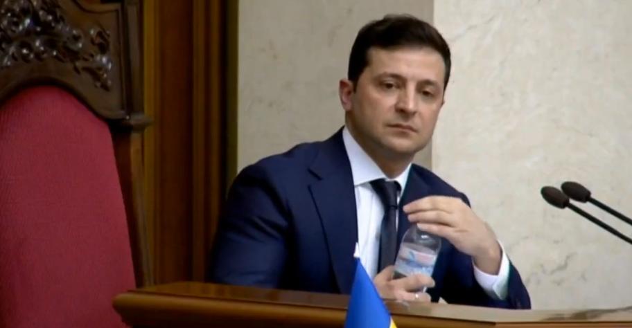 Зеленский слушает выступление народного депутата
