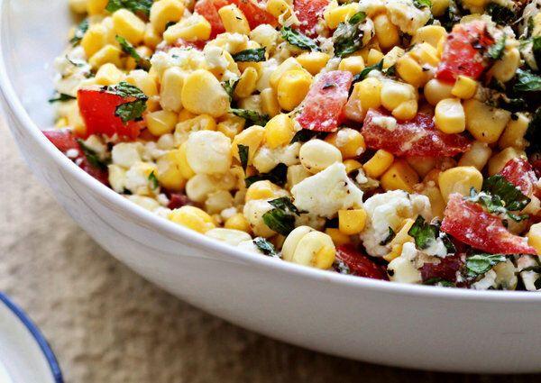 Салат з черемші з кукурудзою і помідорами