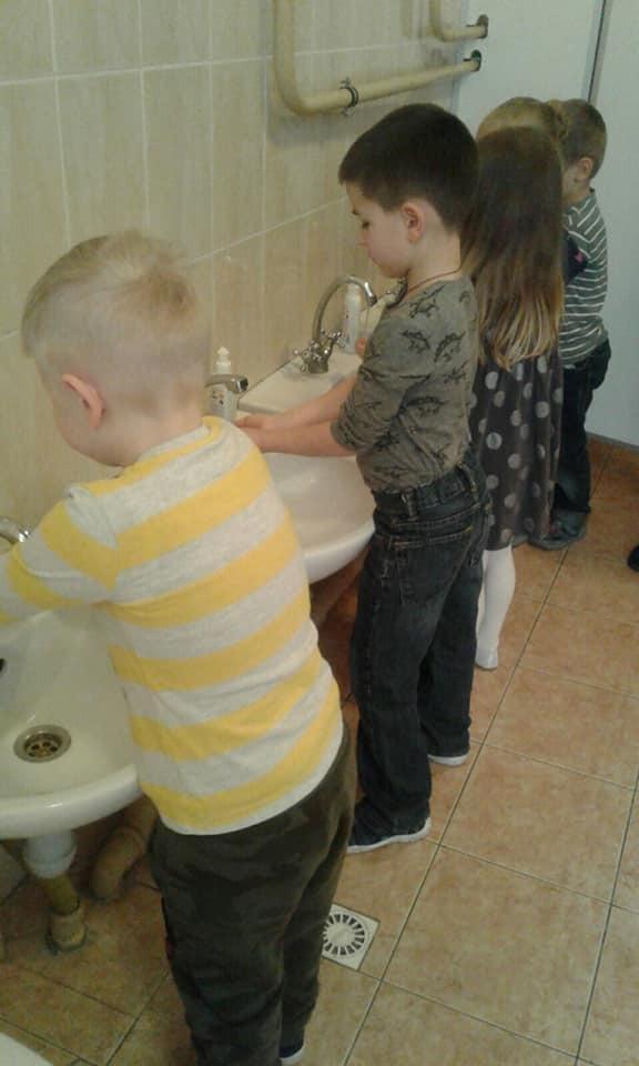 Дітей вчать часто мити руки