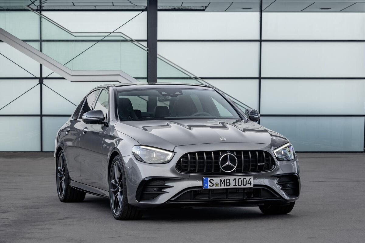 Mercedes-AMG E 53 4MATIC+ оснащен 3-литровым рядным 6-цилиндровым мотором мощностью 435 л.с.