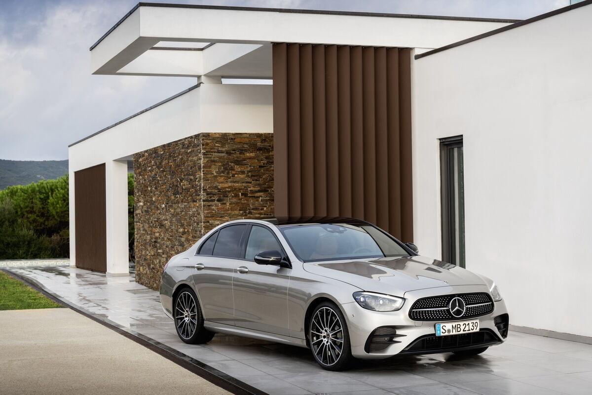 Mercedes-Benz E-Class в исполнении AMG-Line отличается иной облицовкой радиатора и бамперами с увеличенными воздухозаборниками