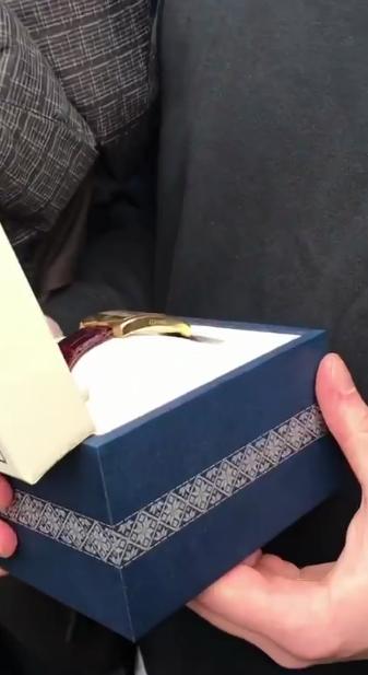 Зеленский подарил украинцу президентские часы