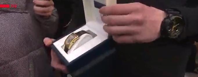 Зеленский вручил эвакуированным подарки