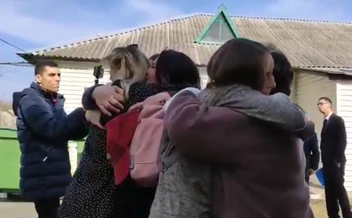 Евакуйовані українці зустрічаються з родичами в Нових Санжарах