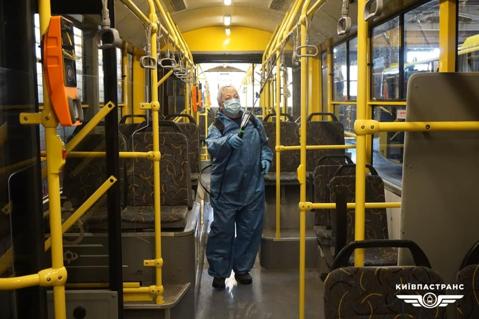 Столичний громадський транспорт тепер ретельно миють
