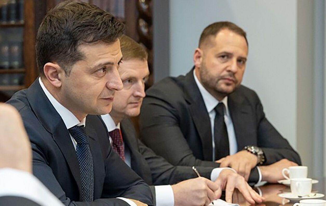 Глава держави й Андрій Єрмак (крайній праворуч)