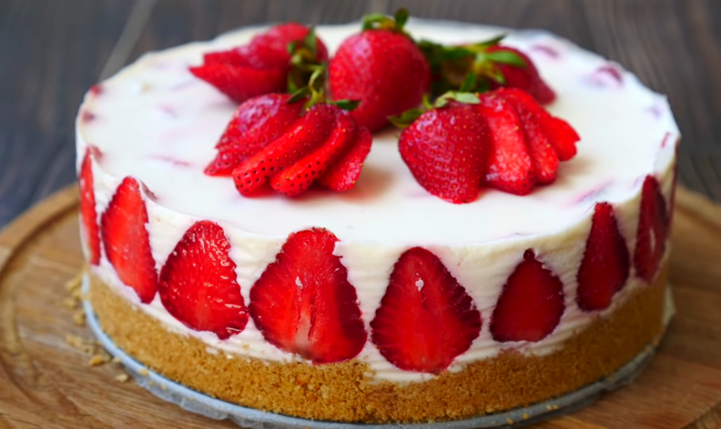 Духовка не знадобиться: незвичайний полуничний торт від відомого фуд-блогера