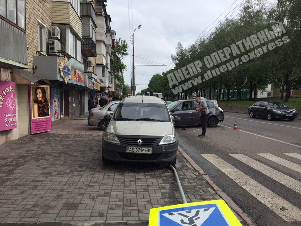 Водій Renault протаранив припарковані авто