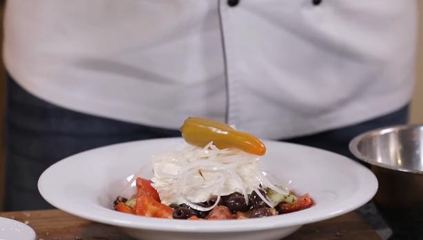Грецький салат з сюрпризом від шеф-кухаря: унікальний рецепт