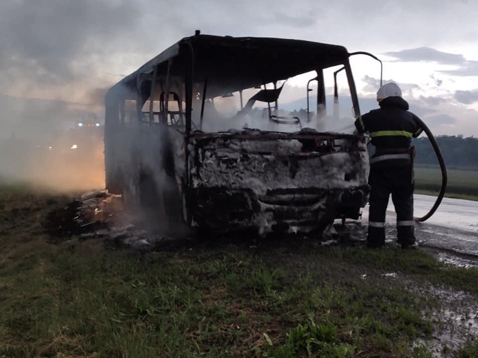 Пассажирский автобус сгорел дотла