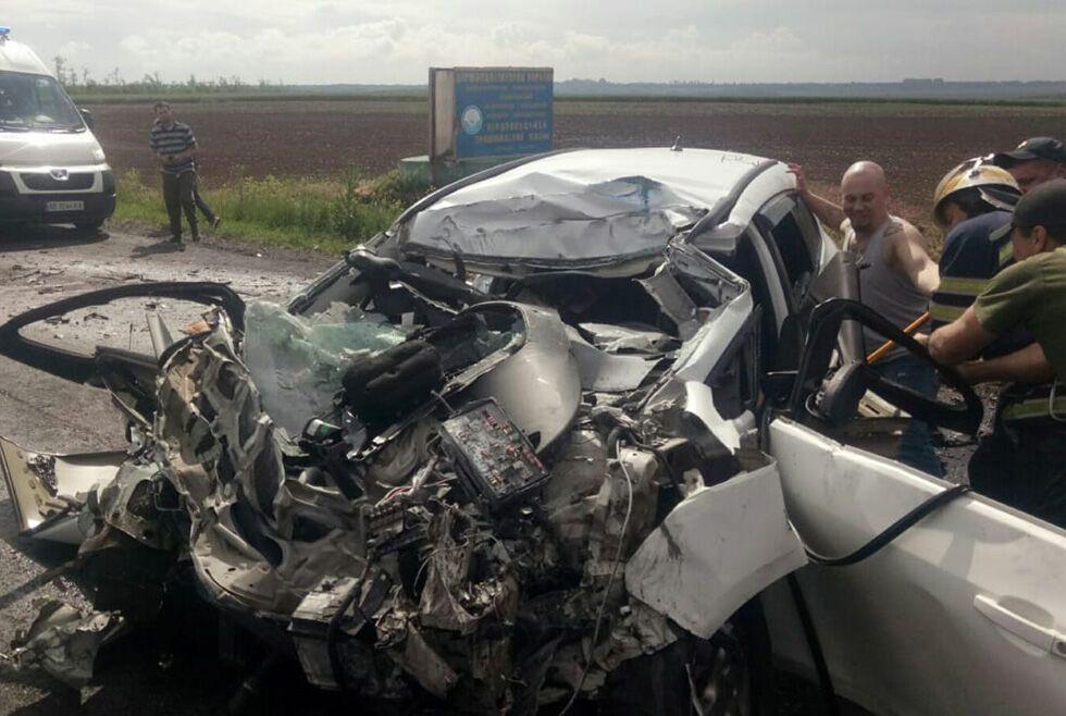 Під Дніпром автомобіль протаранив автоцистерну