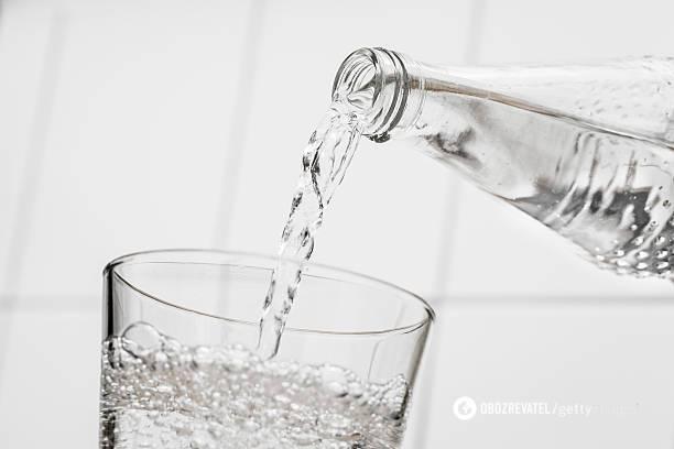 Дієтолог розповів, кому не можна запивати їжу під час їжі