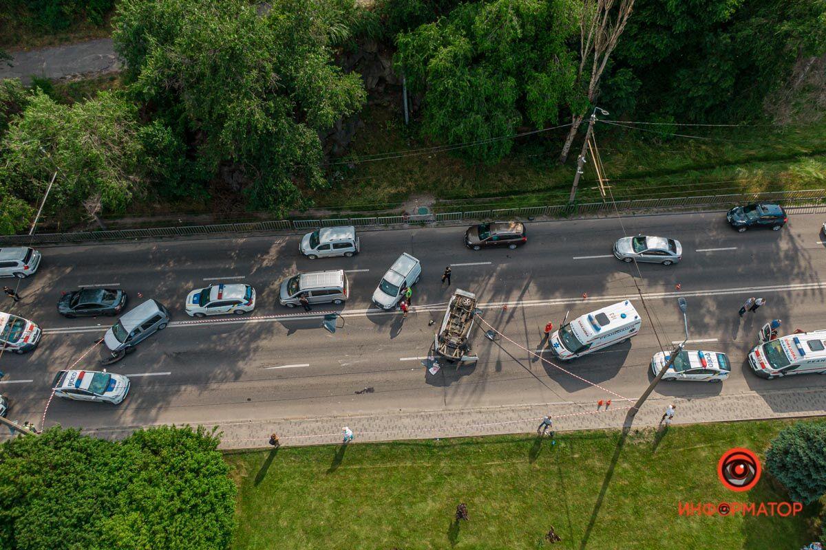 В Днепре на набережной перевернулся микроавтобус