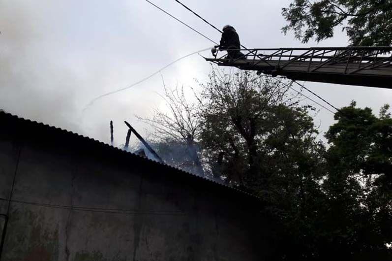 В Каменском полностью сгорел многоквартирный дом