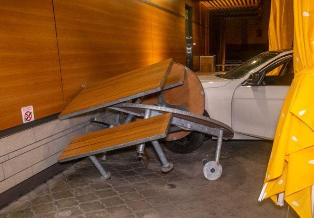 Автомобиль BMW въехал в McDonalds