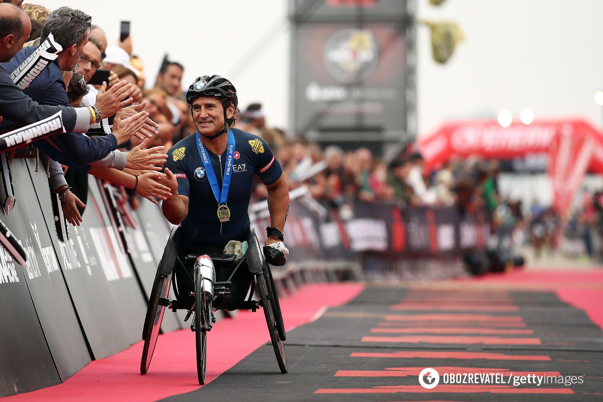 Алекс Дзанарди направляется к финишу на IRONMAN 22 сентября 2019 года в Червии, Италия