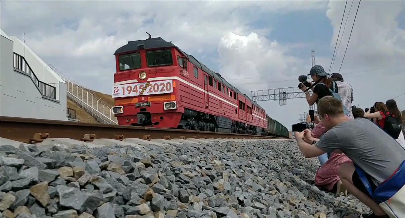 Керченським мостом запустили вантажні потяги в анексований Крим