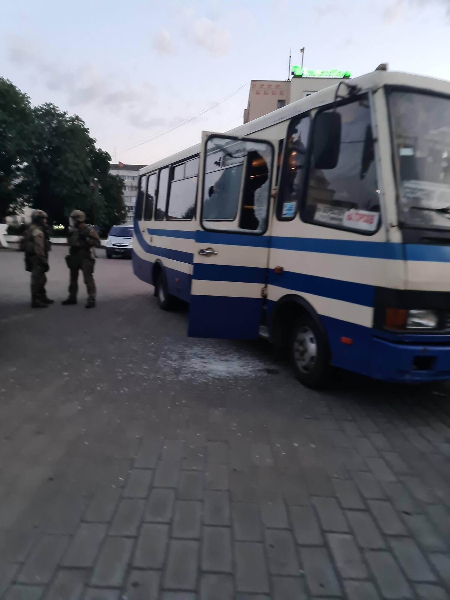 Луцкий террорист выпустил заложников из автобуса: его задержали. Фото и видео