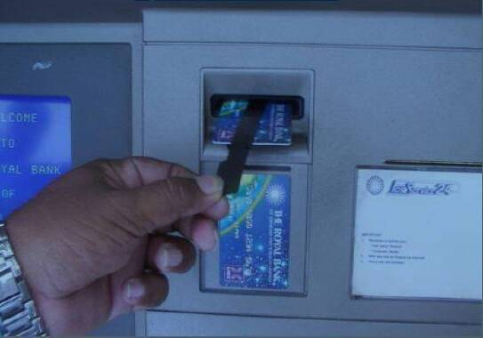 """У банкомати вставляють спеціальний пристрій, який """"захоплює"""" карту"""