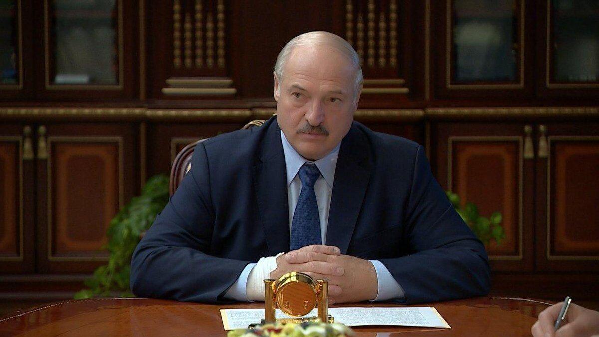 Рука президента Білорусі чимось замотана