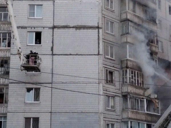 Людей эвакуируют через окна с помощью подъемника.