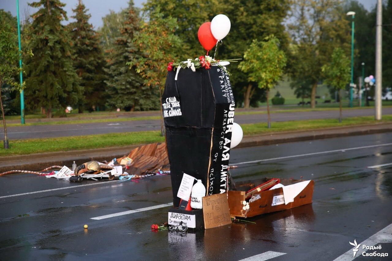Протестующие принесли на шествие большой гроб