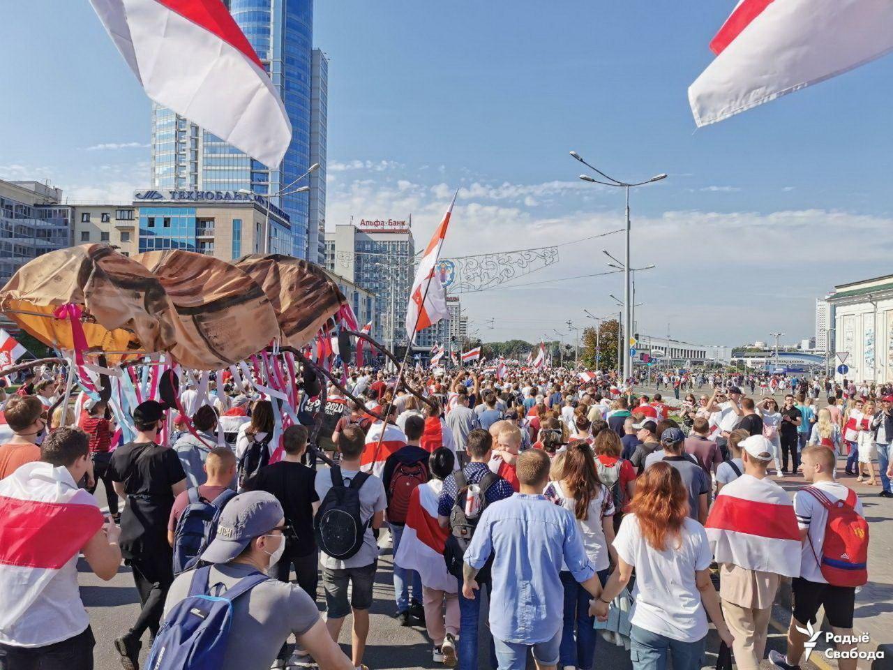 Протестующие несли макет большого таракана.