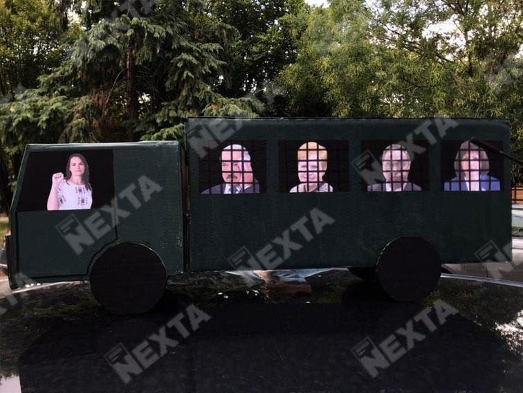К посольству Беларуси в Париже принесли макет автозака.