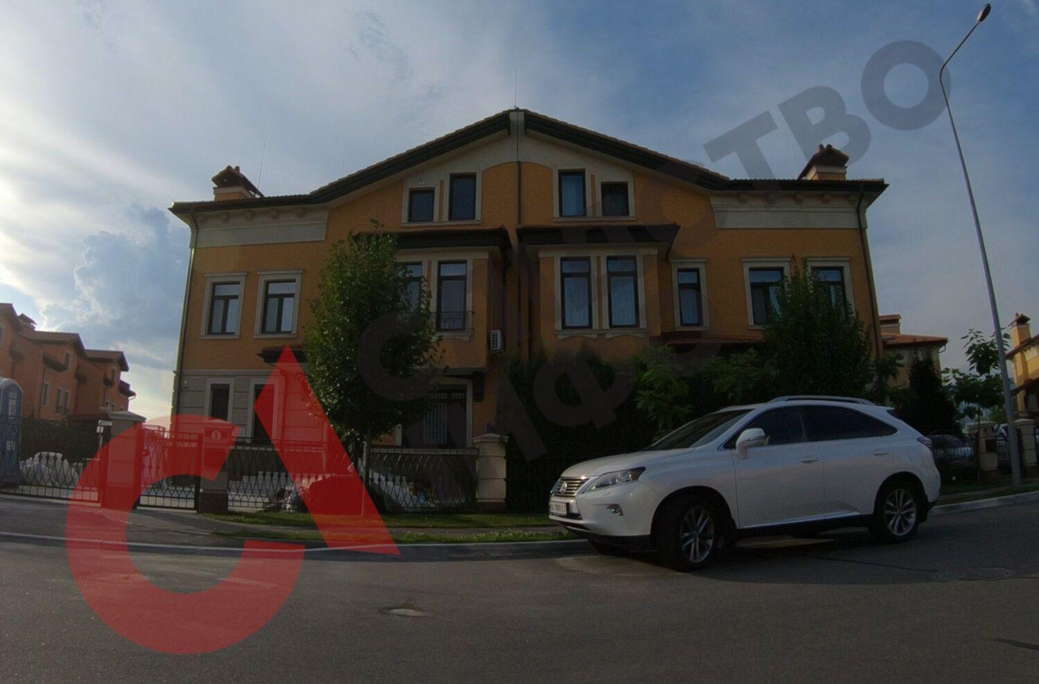 Половина дома, в котором может жить Александр Гринчак – слева. Справа – Lexus, которым пользуется его жена