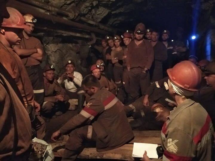 У Кривому Розі госпіталізували двох протестуючих під землею шахтарів.