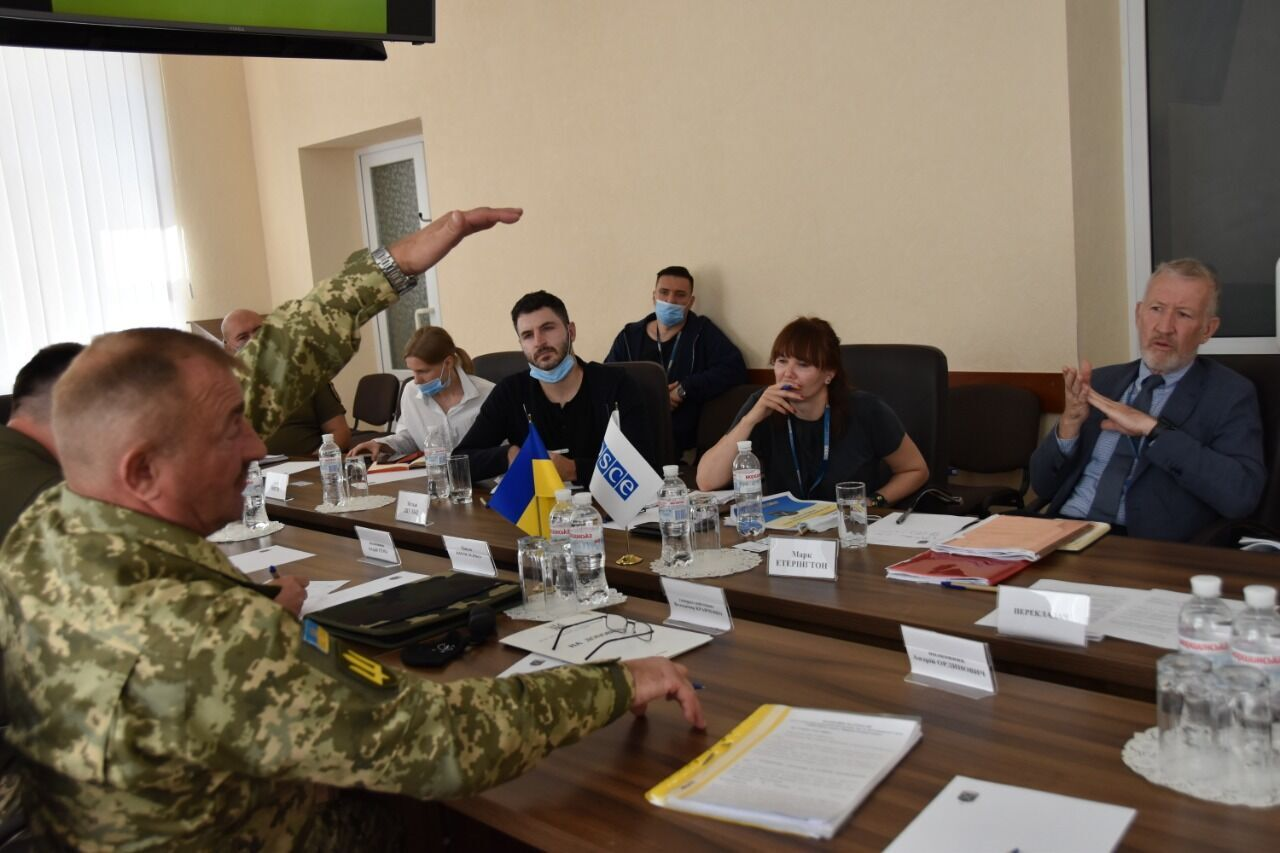 Кравченко обсудил с Этерингтоном соблюдение режима прекращения огня на Донбассе