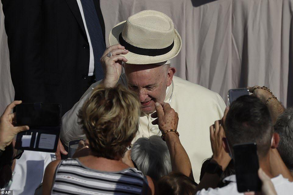 Папа Франциск на встрече с людьми.
