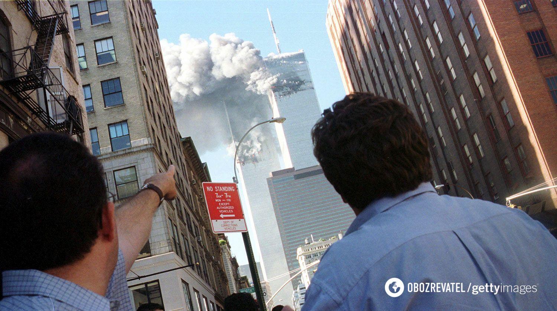 110-поверхові башти-близнюки було зруйновано, всередині них спалахнула пожежа, вогонь розплавив несучі сталеві конструкції