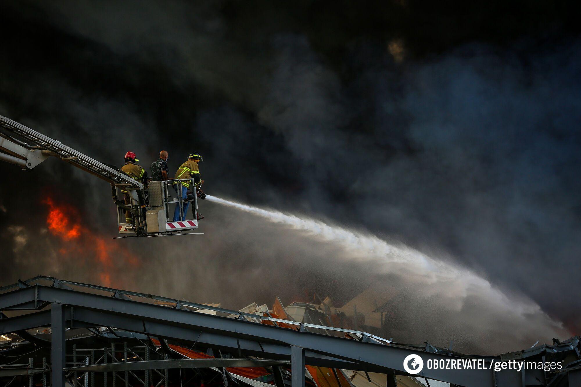 Через кілька годин після початку пожежа в Бейруті тільки посилилася.