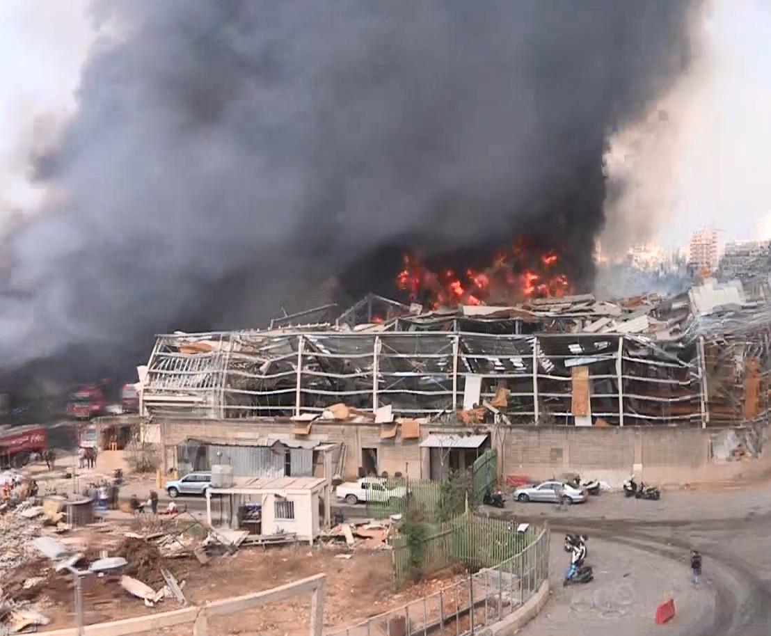 Вогонь у порту Бейрута гасять навіть із вертольотів.