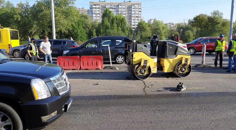 Suzuki врізався в дорожній каток