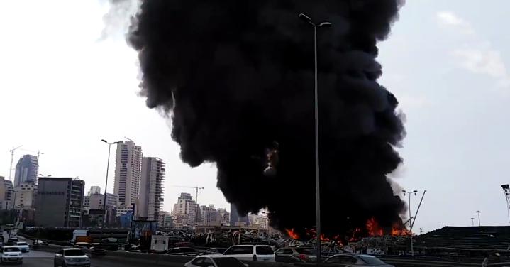 Клуби чорного диму піднімаються в небо над Бейрутом.