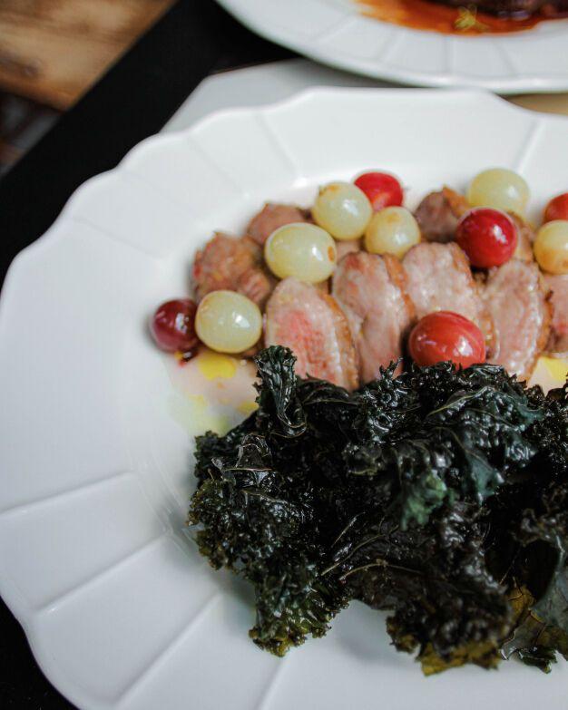 Утиная грудка с чипсами кейл и соусом из винограда и крыжовника готовится по технологии Су-вид
