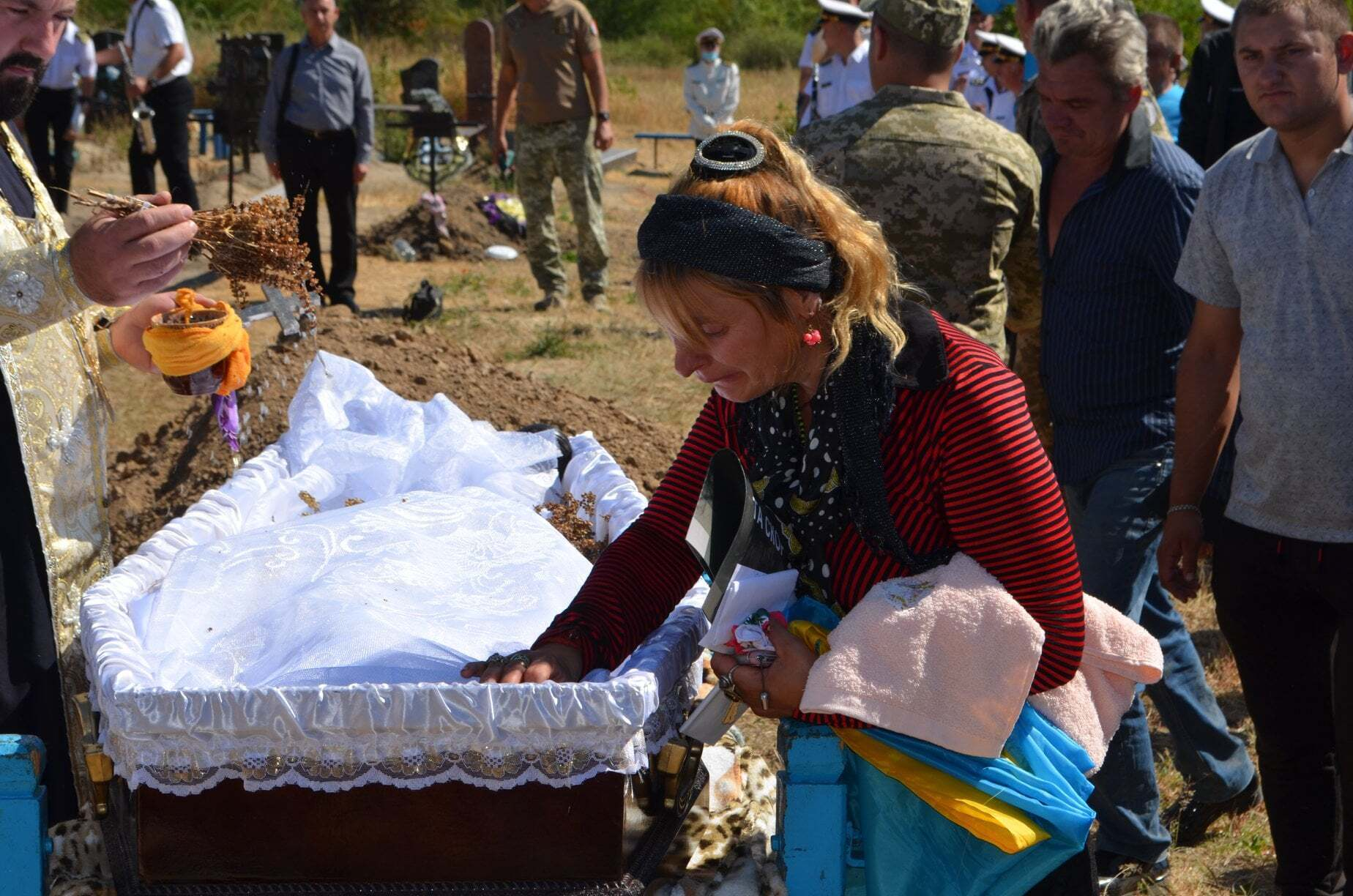 Військового поховали на місцевому кладовищі.