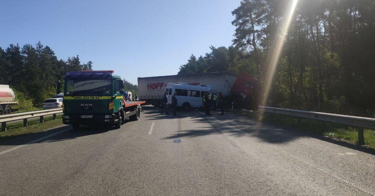 В результате ДТП под Борисполем столкнулись несколько машин.