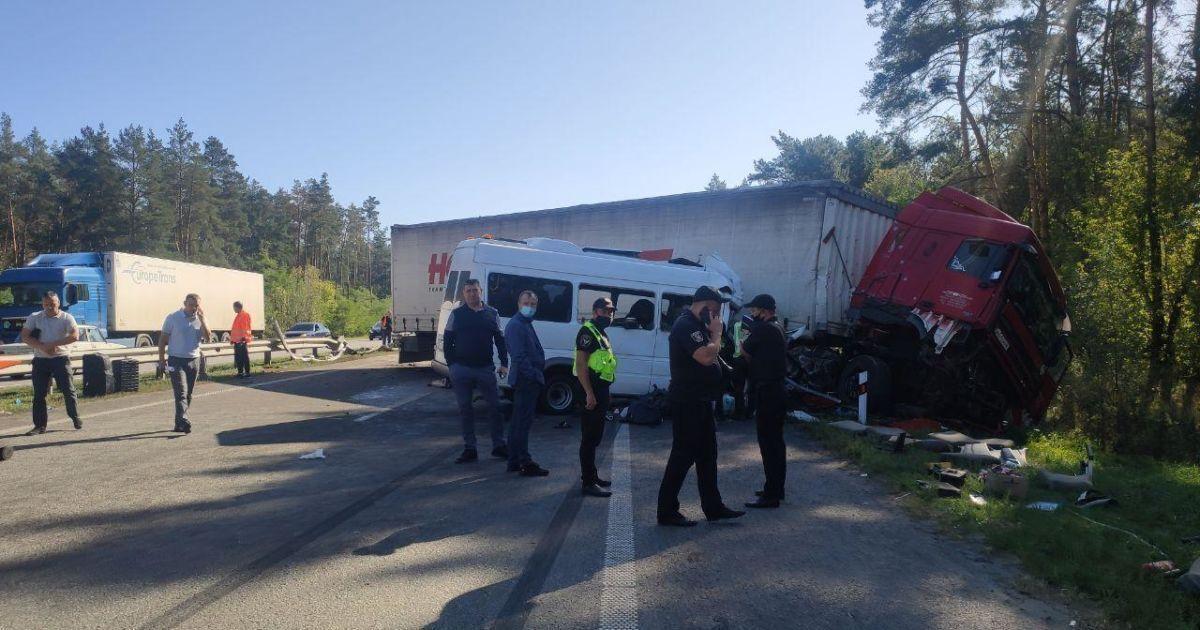 Через аварію було перекрито дві смуги руху.