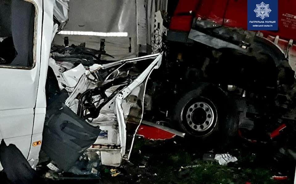 В аварии столкнулись два грузовика, микроавтобус и легковой автомобиль