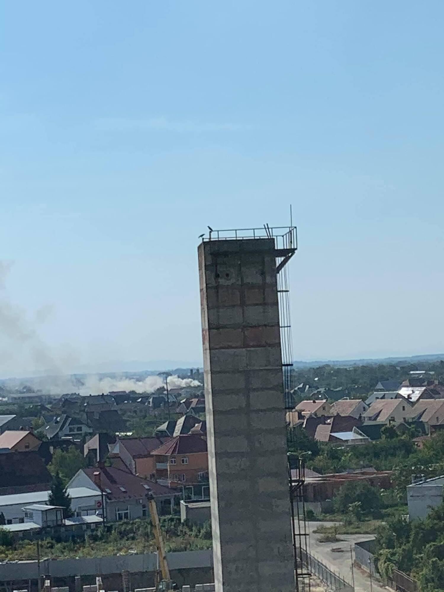 Місцеві жителі викладали фото густого диму.