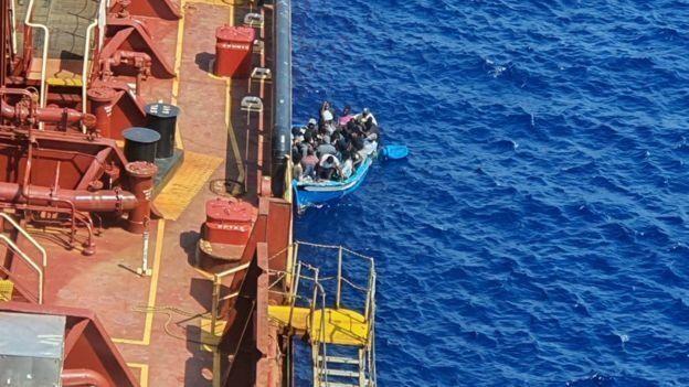 Деревянная лодка с мигрантами была окрашена в синий цвет