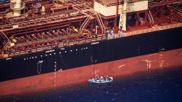 Экипаж решил взять мигрантов на борт танкера